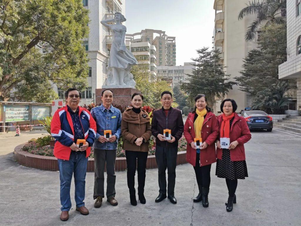 郑锦兰副校长(左三)慰问退休的领导、老师们