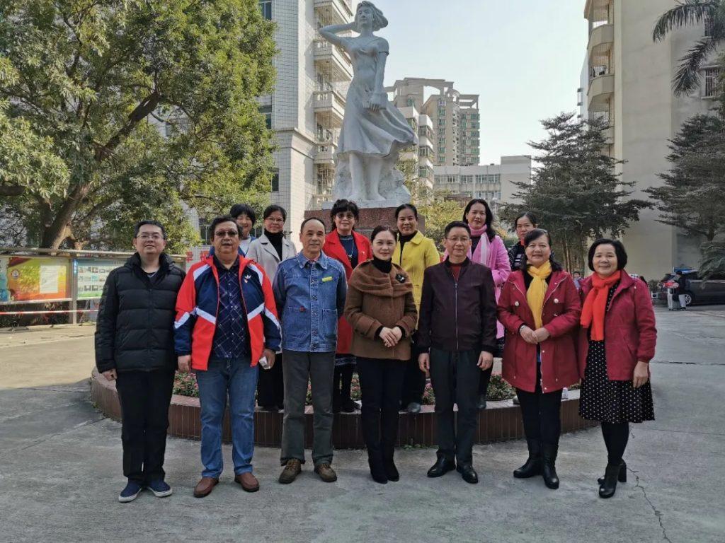 学校领导、工会委员、科室负责人和工会组长与退休领导、老师们合影